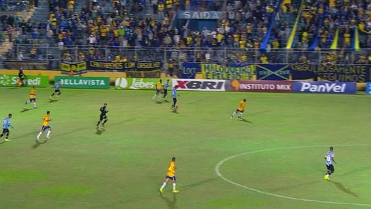 Alisson vibra com volta aos gramados após 2 meses e entra na briga por vaga aberta no Grêmio