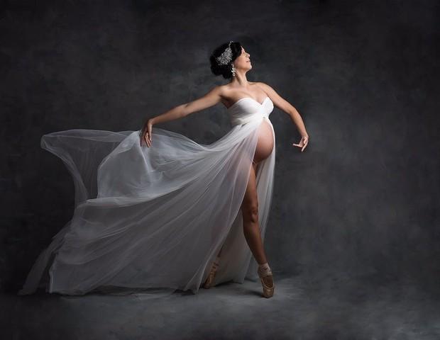 A bailarina Patricia Athayde posa exibindo o barrigão (Foto: Carol Correa)