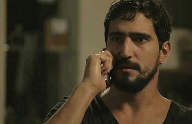 Na segunda-feira, 22, Jamil (Renato Góes) conseguirá distrair Youssef (Allan Souza Lima) e salvar Laila (Julia Dalavia) do cativeiro  (Foto: Reprodução)