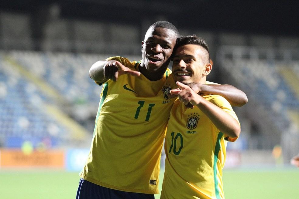 Vinicius e Allan comemoram gol em Rancagua, palco do Sul-Americano sub-20: dupla está fora da competição onde venceu torneio sub-17 — Foto: Divulgação/Sul-Americano Sub-17