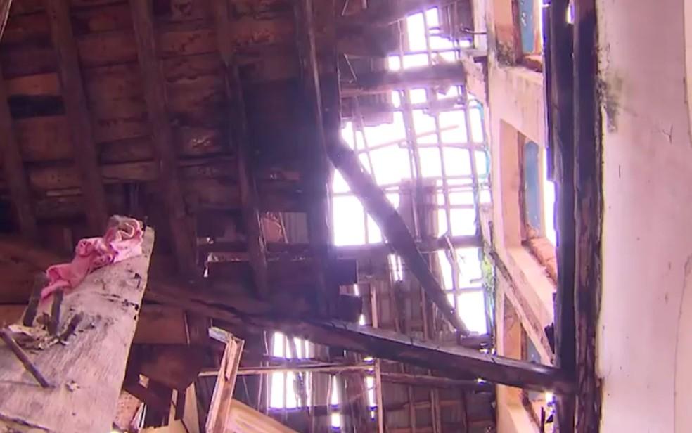 Parte de teto de casarão desabou no centro de Salvador (Foto: Reprodução/TV Bahia)