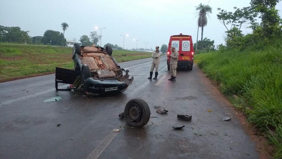 Carro capotou na BR-153 em Araguaína (Foto: Divulgação/Corpo de Bombeiros)
