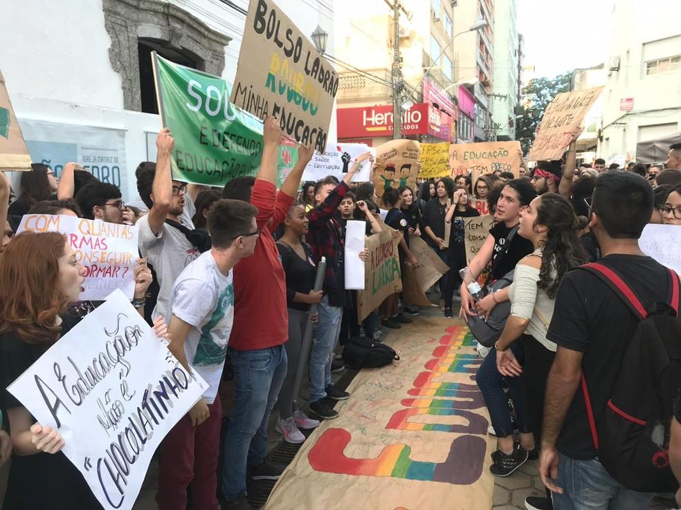 Protestos contra bloqueio de recursos para a educação ocorrem em vários pontos de Rio Grande — Foto: Fábio Eberhardt/RBS TV
