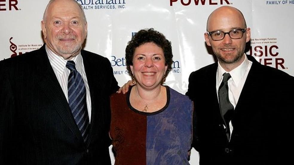 Concetta Tomaino acompanhada de Oliver Sacks e Arnold H. Goldstein, do Instituto da Música e Função Neurológica, em 2005 — Foto: Getty Images/BBC