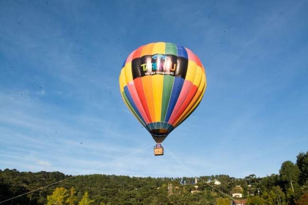 Turistas são resgatados após balão cair em mata na Serra da Mantiqueira (Foto: Tarundu/Reprodução)