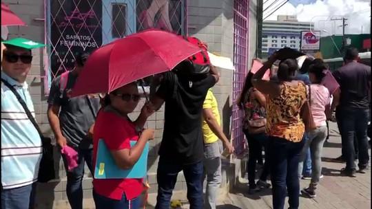 Desempregados formam fila gigantesca para entrega de currículos no Recife