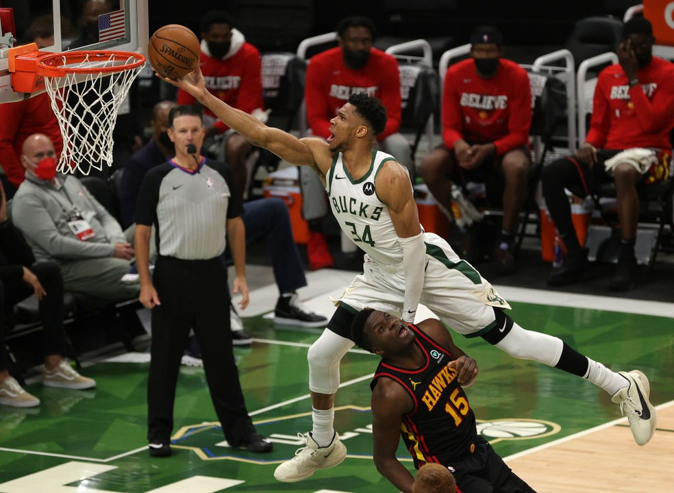 Giannis atropela os Hawks — Foto: Stacy Revere/Getty Images