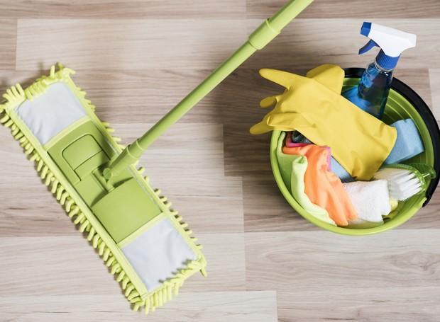 A limpeza de pisos de porcelanato exige apenas água, detergente neutro, balde e vassoura de cerdas macias (Foto: Freepik)