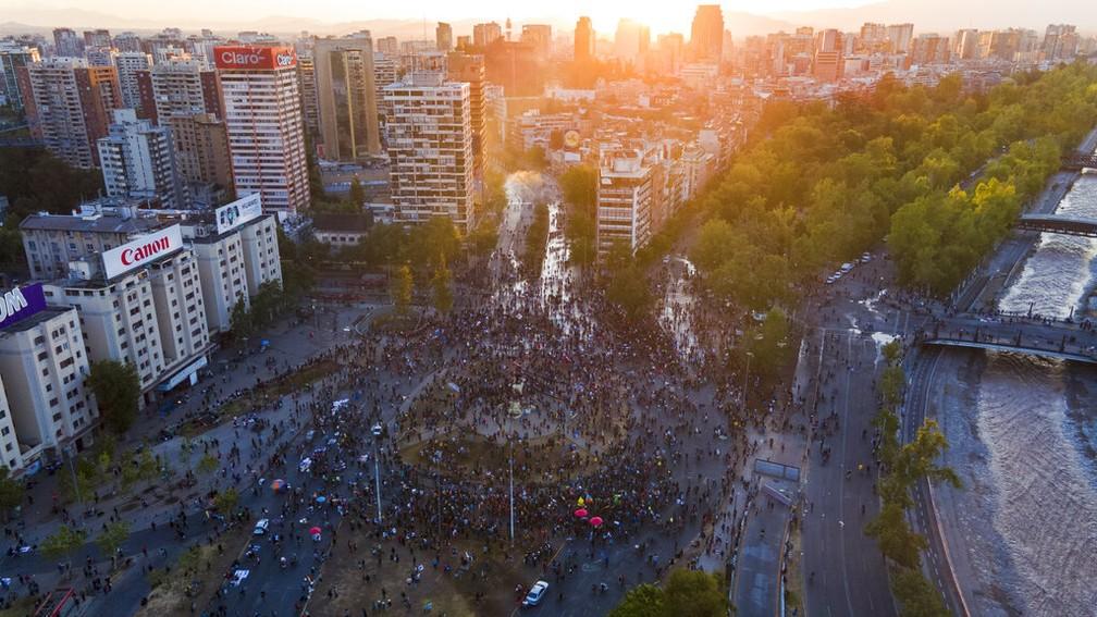 Chilenos participam de ato na Praça Itália, em Santiago, neste domingo (25) após plebiscito que aprovou nova Constituição para o Chile — Foto: Esteban Felix/AP Photo