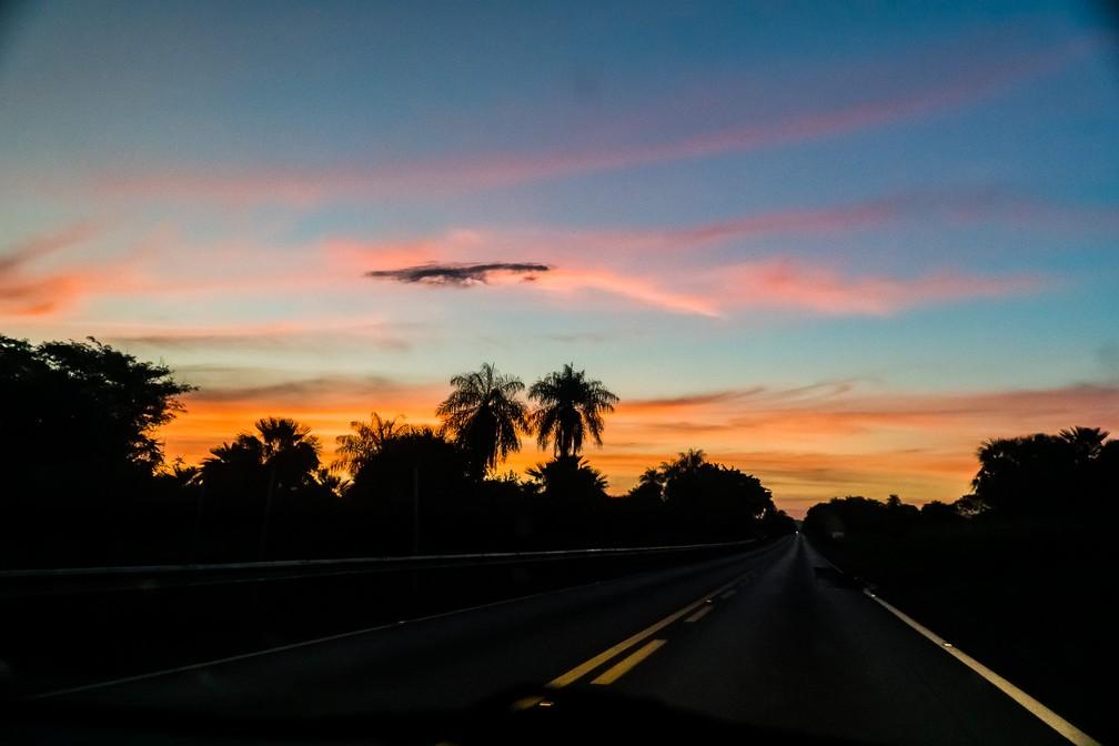 Por-do-sol na Rodovia 262, que liga Campo Grande a Corumbá (MS) — Foto: Eduardo Palacio/G1