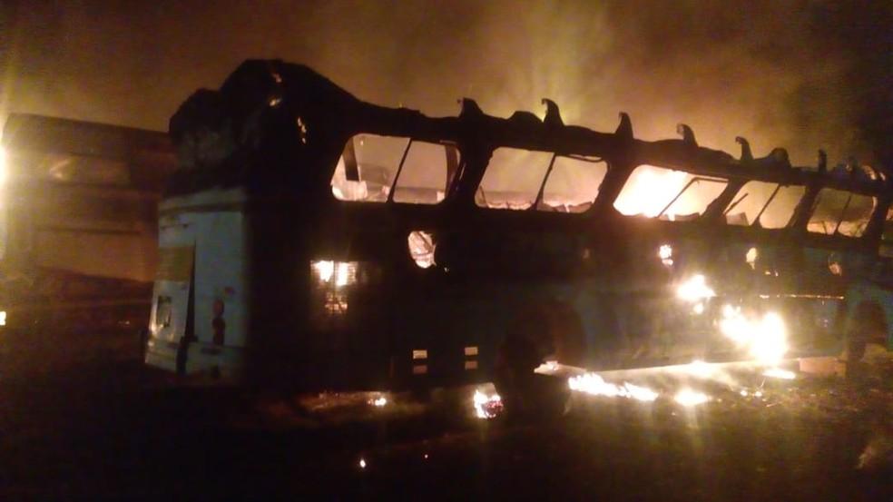 Ônibus não eram mais usados e estavam em um estádio em Rio Branco (Foto: Divulgação)