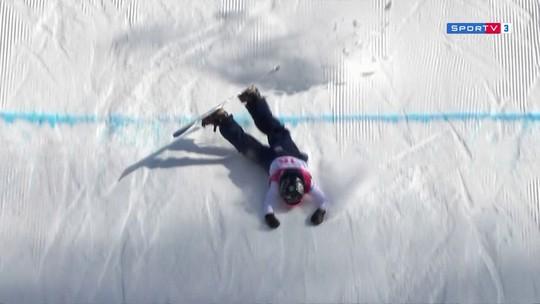 Britânica cai de cara no snowboard e mostra resultado do tombo