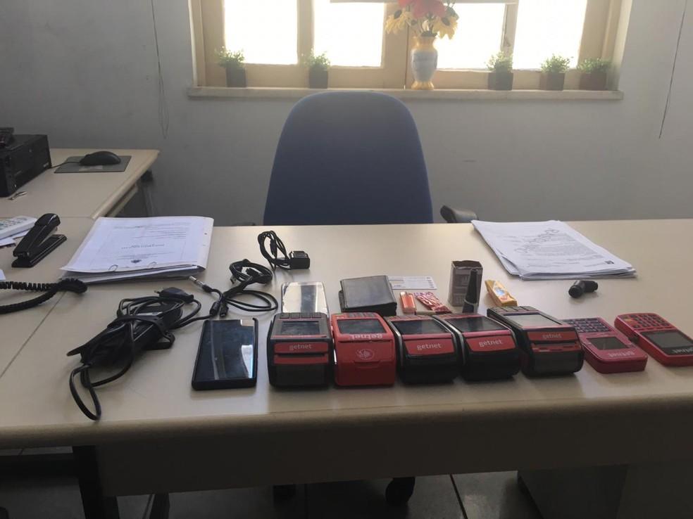 Com a dupla foram apreendidas maquinetas de cartões de créditos onde os suspeitos realizavam compras com os cartões das vítimas, em Salvador  — Foto: G1 BA