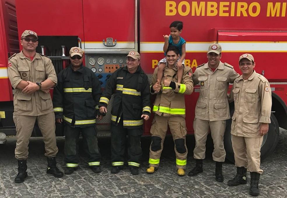Além de receber presentes, Taellyr fez um passeio na viatura dos Bombeiros (Foto: Saulo Laurentino/Corpo de Bombeiros)