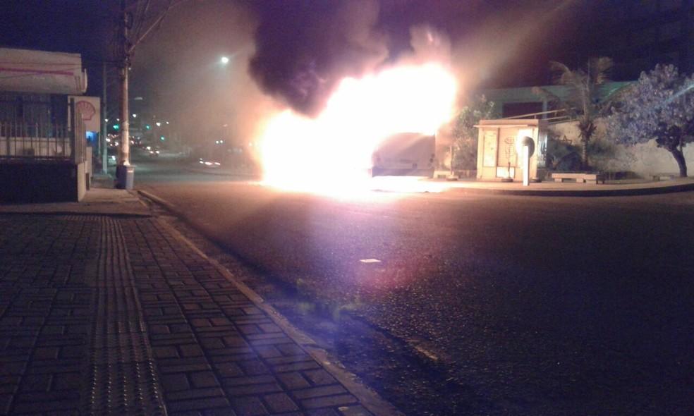 Ônibus queimado no bairro de Amaralina, em Salvador, neste sábado (7) (Foto: Tiago Brito/ TV Bahia)