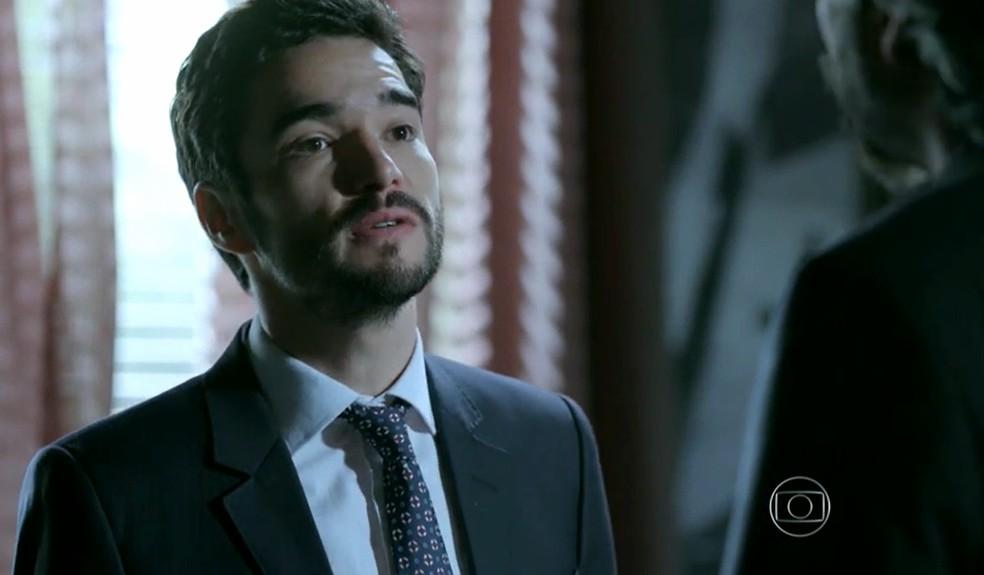 José Pedro (Caio Blat) diz a José Alfredo (Alexandre Nero) que roubou para chamar a sua atenção - 'Império' — Foto: Globo