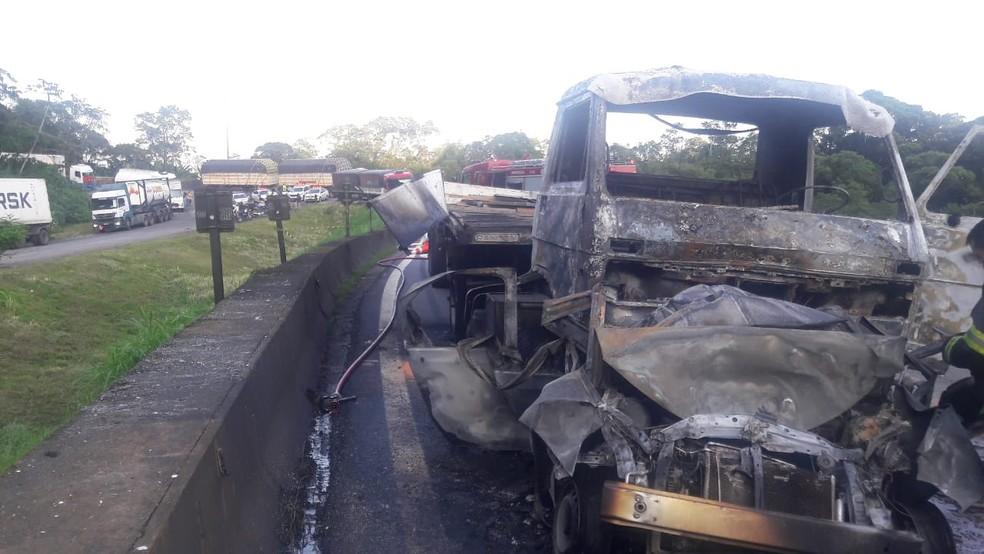 Carreta pegou fogo após acidente na Rodovia Anchieta (SP) — Foto: Divulgação/Polícia Rodoviária