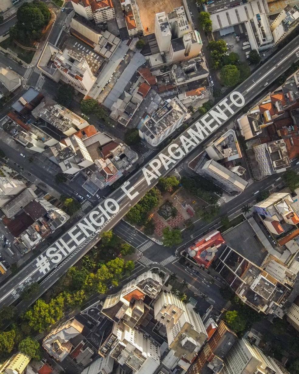 Inscrição 'Silêncio é apagamento' é pintada no Minhocão em SP — Foto: Nós Artivistas/Divulgação