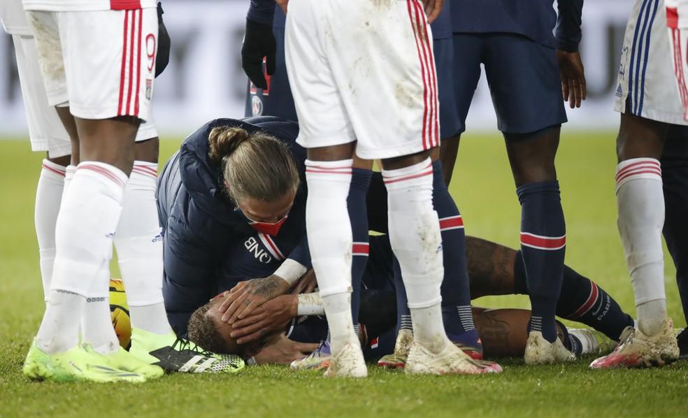 Neymar se machuca e sai de maca na derrota do PSG