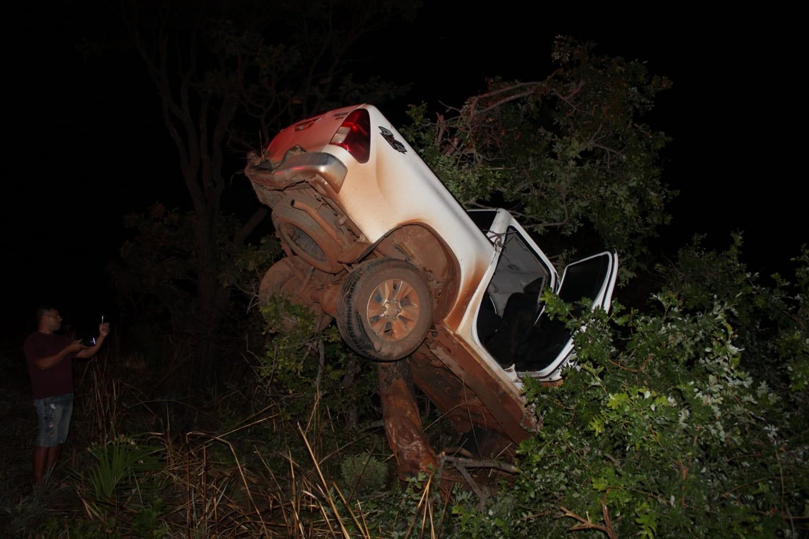 Mulher morre após acidente com caminhonete no oeste da BA; veículo ficou preso em copa de árvore