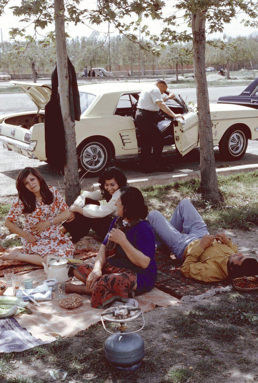 Piquenique em Teerã em 1976 (Foto: BRUNO BARBREY/ MAGNUM PHOTOS via BBC)