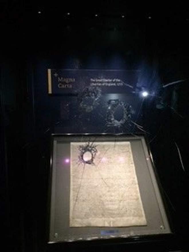 Vidro que protege a Magna Carta ficou danificado após ação de criminoso (Foto: Divulgação/Polícia de Wiltshire)