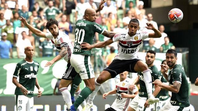 Lance da partida entre Palmeiras e São Paulo