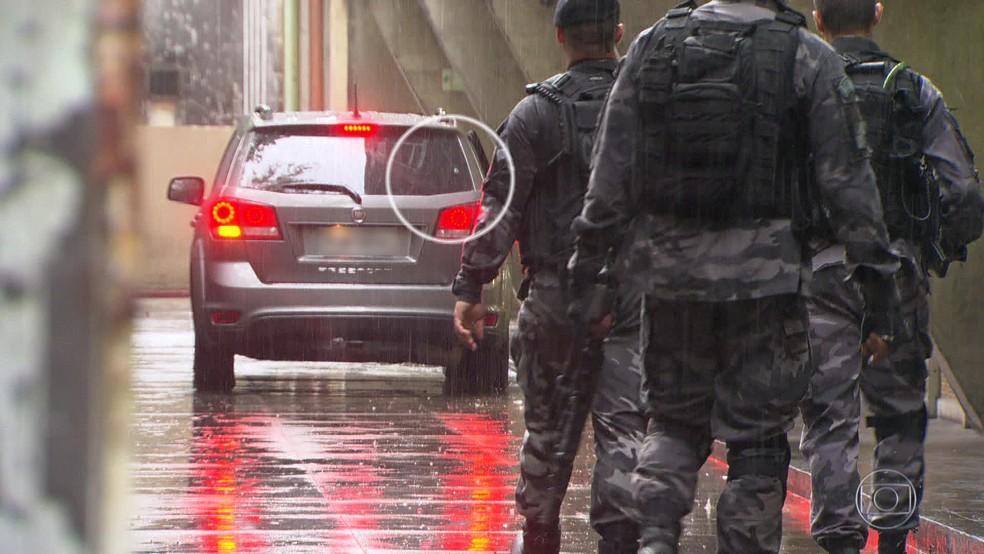 Tiro que atingiu carro onde estava a turista espanhola. (Foto: Reprodução/ TV Globo)