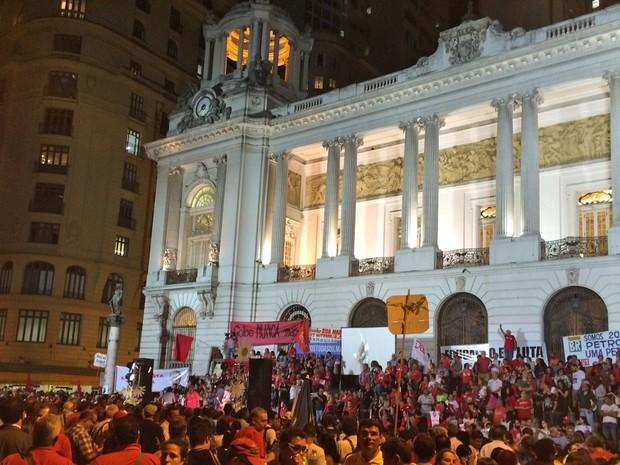 Escadaria da Câmara Municipal lotada de manifestantes (Foto: Marcelo Elizardo/G1)