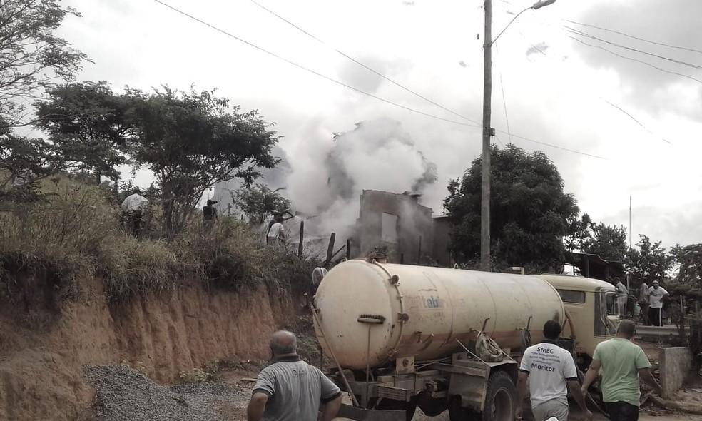 Suspeita da PM é que a casa tenha pegado fogo por causa de um cigarro — Foto: Fabiana Hipólito/Divulgação