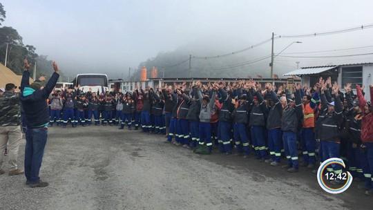 Funcionários da Queiroz Galvão entram em greve e fazem protesto na Tamoios em Caraguá
