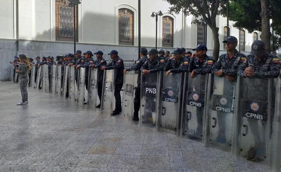 Soldados do governo de Maduro perto da Aseembleia Nacional, em foto divulgada pelo órgão de maioria opositora — Foto: Reprodução/Twitter/Assembleia Nacional da Venezuela