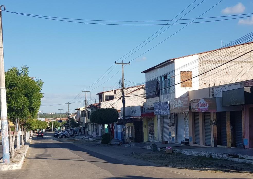 Comércio de Chorozinho amanheceu fechado nesta terça-feira  — Foto: Rafaela Duarte/SVM