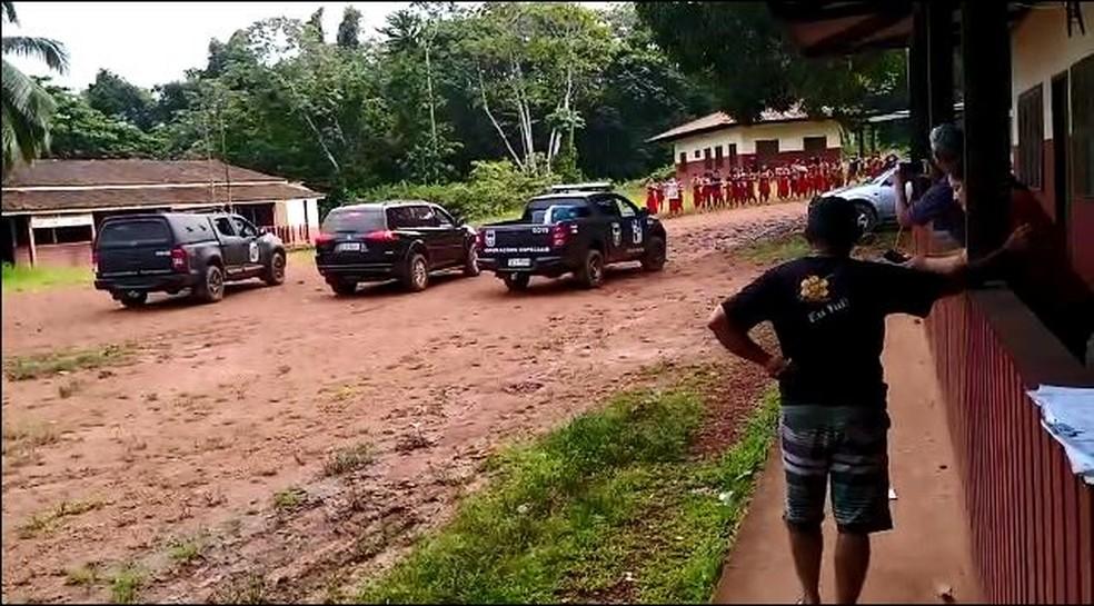 Viaturas da PF e do Bope chegaram ao local onde estão os indígenas — Foto: Reprodução