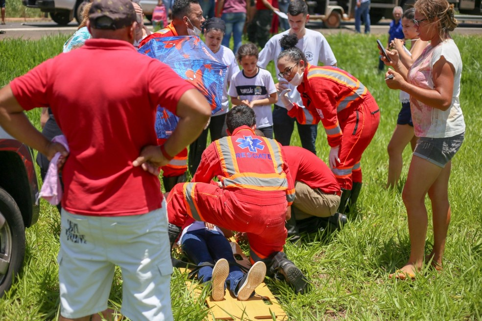 Corpo de Bombeiros prestando socorro às vítimas de acidente em Promissão (SP) — Foto: Assessoria Prefeitura de Promissão/Divulgação