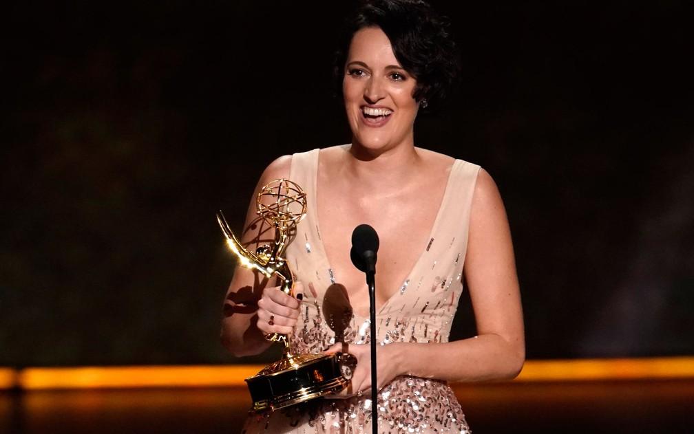 Phoebe Waller-Bridge comemora após ganhar o prêmio de melhor roteiro por série de comédia, pelo Episódio 1 de 'Fleabag', no 71º Emmy no Microsoft Theatre, em Los Angeles, no domingo (22) — Foto: Reuters/Mike Blake