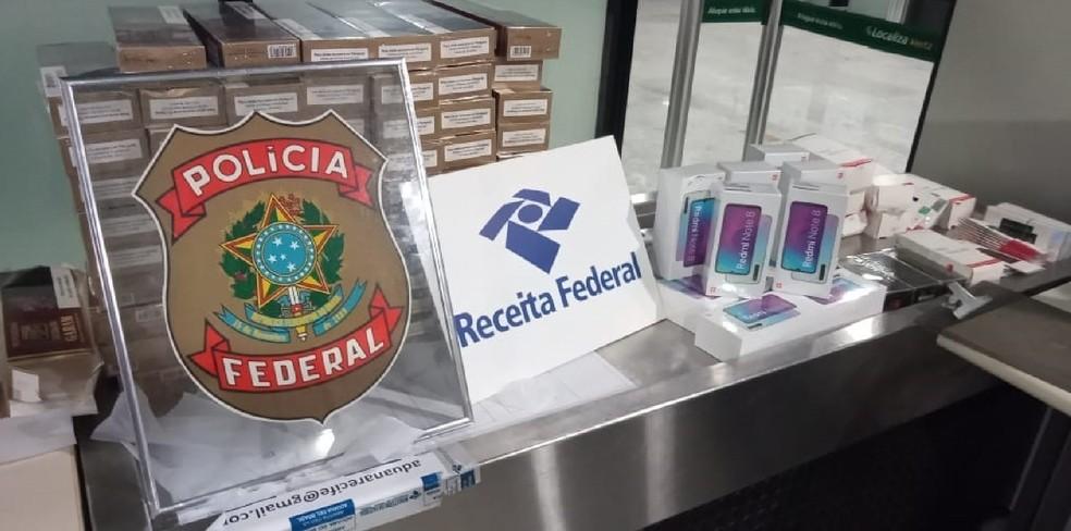 Além dos cigarros, celulares e baterias foram apreendidos no Aeroporto do Recife — Foto: Polícia Federal/Divulgação