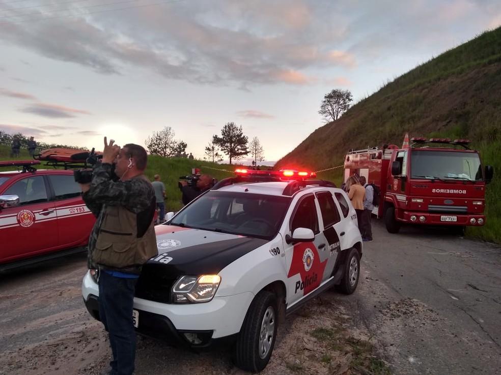 Corpo de Bombeiros e Polícia isolaram área onde corpo foi encontrado na Avenida Francisco Lerário. — Foto: Mirielly de Castro/TV Diário