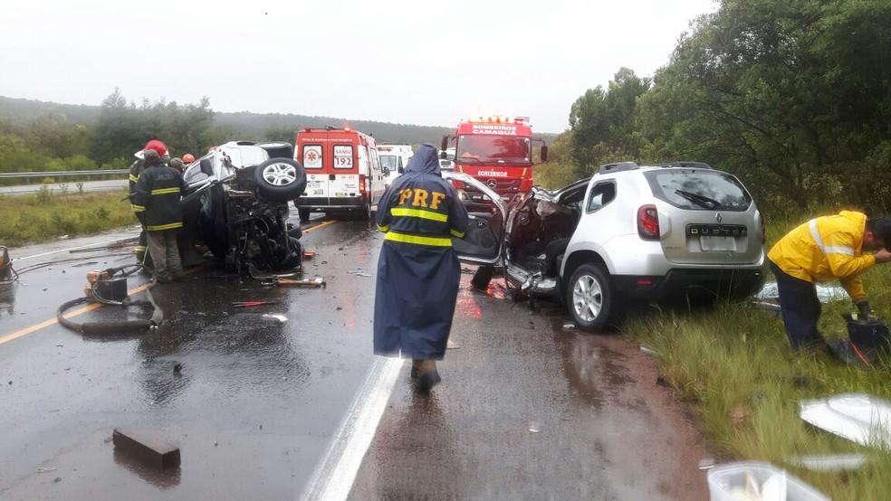 Vítimas estavam nos dois carros que colidiram entre si na BR-116 em Tapes (Foto: Divulgação/PRF)