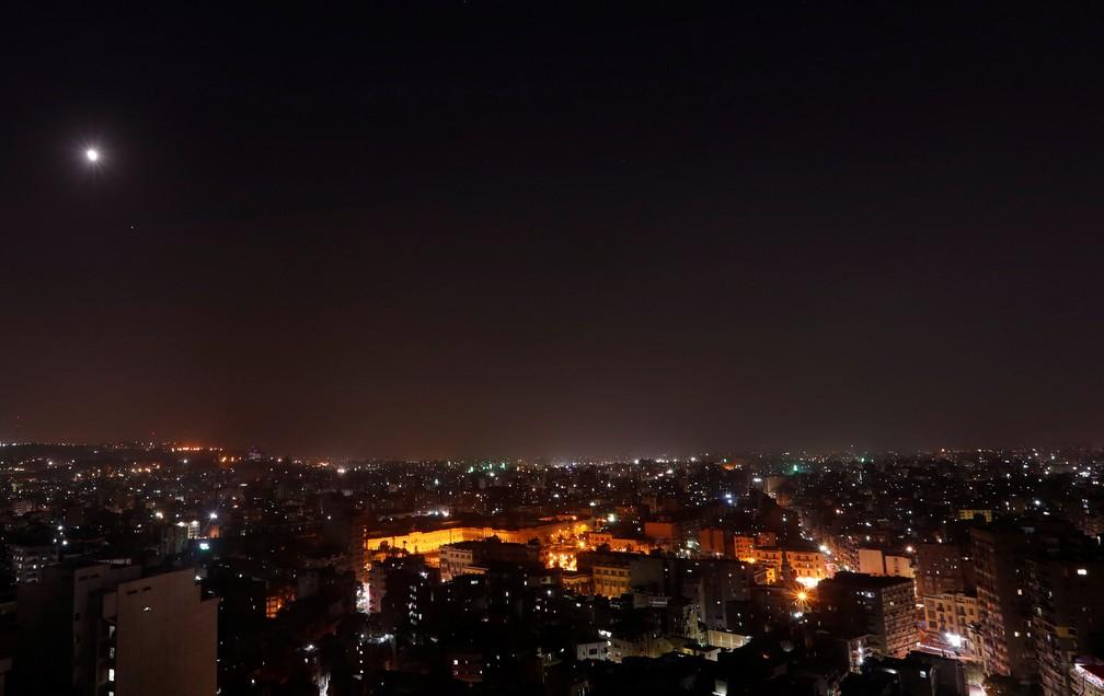 Vista geral no Cairo em noite de eclipse lunar total (Foto: Amr Abdallah Dalsh/Reuters)