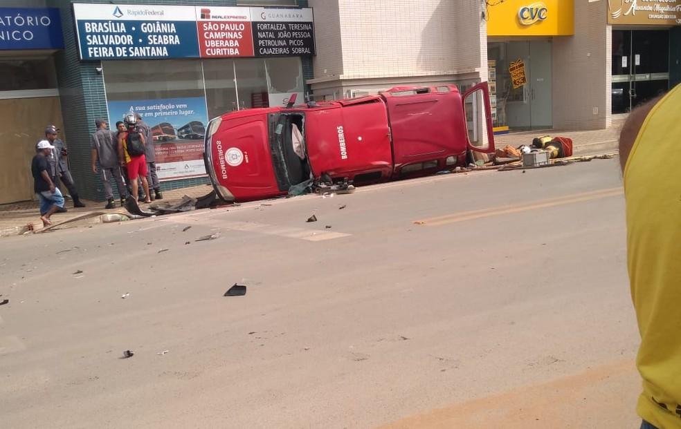 Viatura do Corpo de Bombeiros Militar da Bahia tombou após ser atingida por carro — Foto: Blog Braga/Ivonaldo Paiva