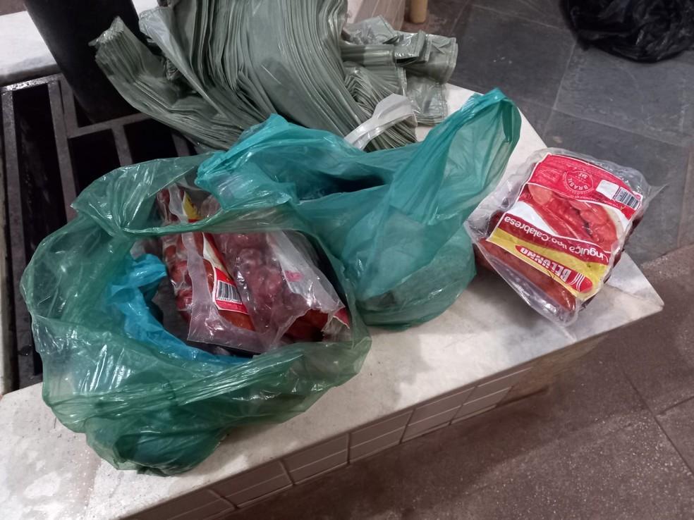 """Jovem furtou vários quilos de linguiças, além de uma """"posta"""" de pirarucu — Foto: Érique Figueirêdo/TV Tapajós"""