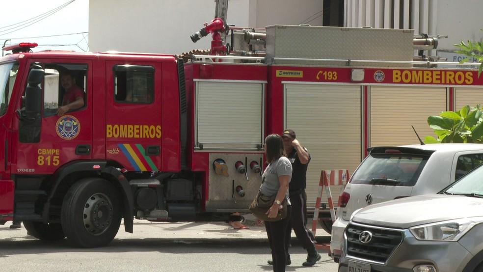 Bombeiros foram acionados para incêndio no Hospital Oswaldo Cruz, no Centro do Recife — Foto: Reprodução/TV Globo