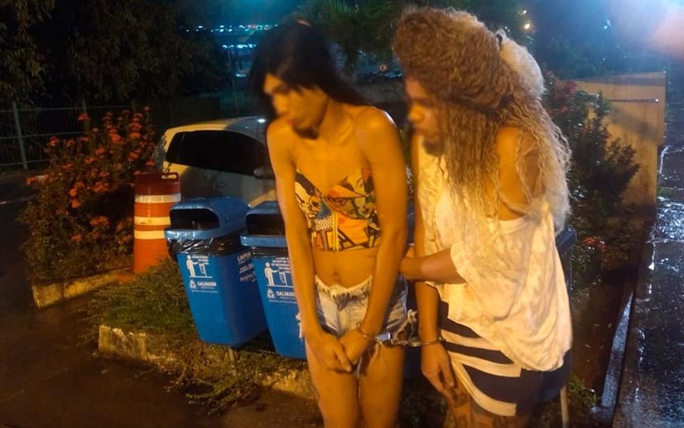 Travestis que foram presas após roubarem taxista em Salvador (Foto: Divulgação/Polícia Civil)