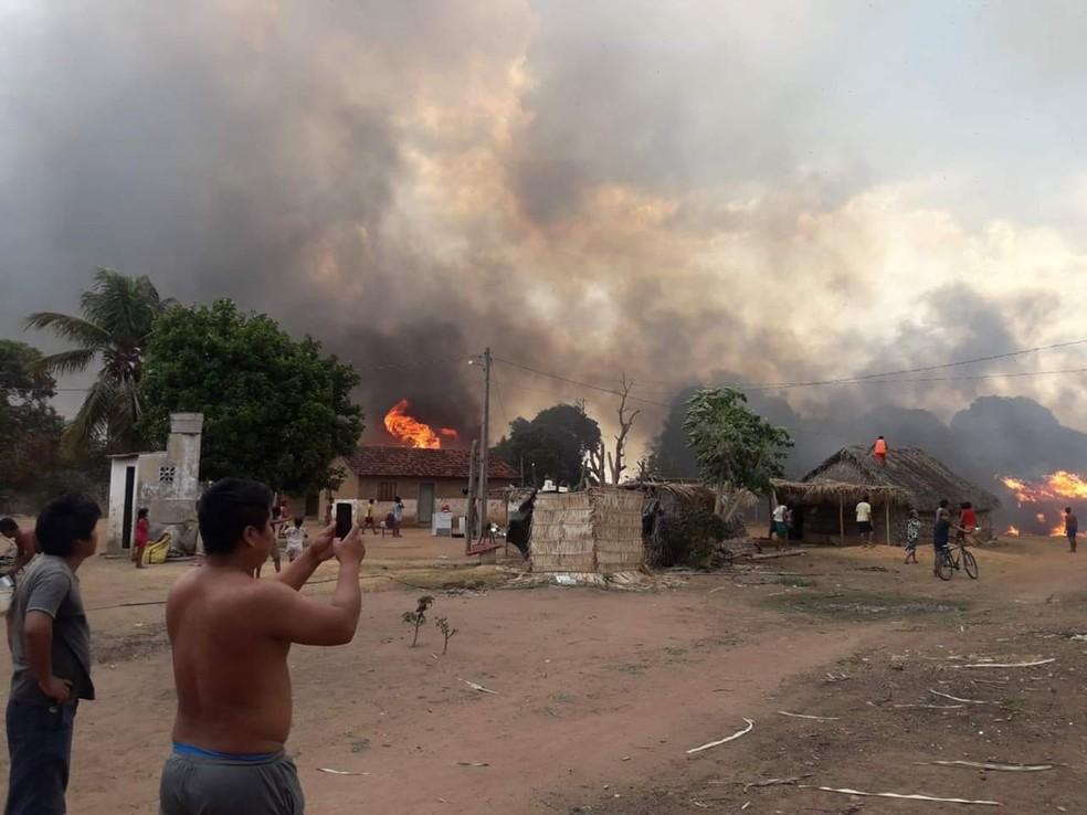 Fogo destruiu seis casas indígenas na Ilha do Bananal — Foto: Divulgação