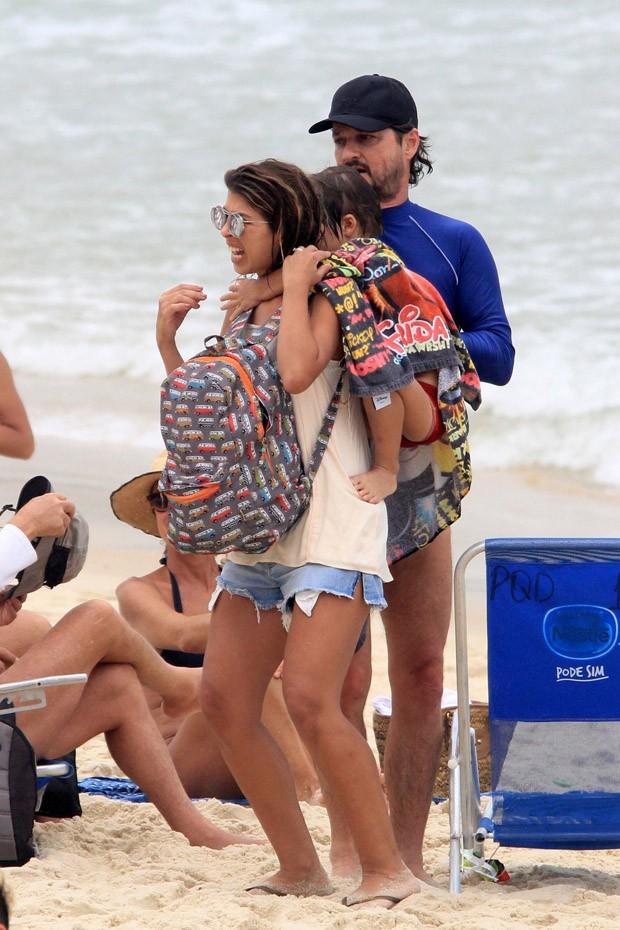 Marcelo Serrado passeia com mulher e filhos no Rio de Janeiro (Foto: JC Pereira/AgNews)