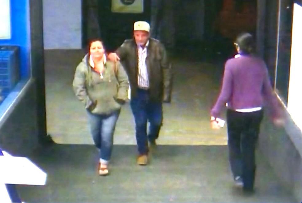 magens de câmeras de segurança mostram o casal momentos antes de fazer um saque de dinheiro — Foto: Reprodução / Circuito de segurança