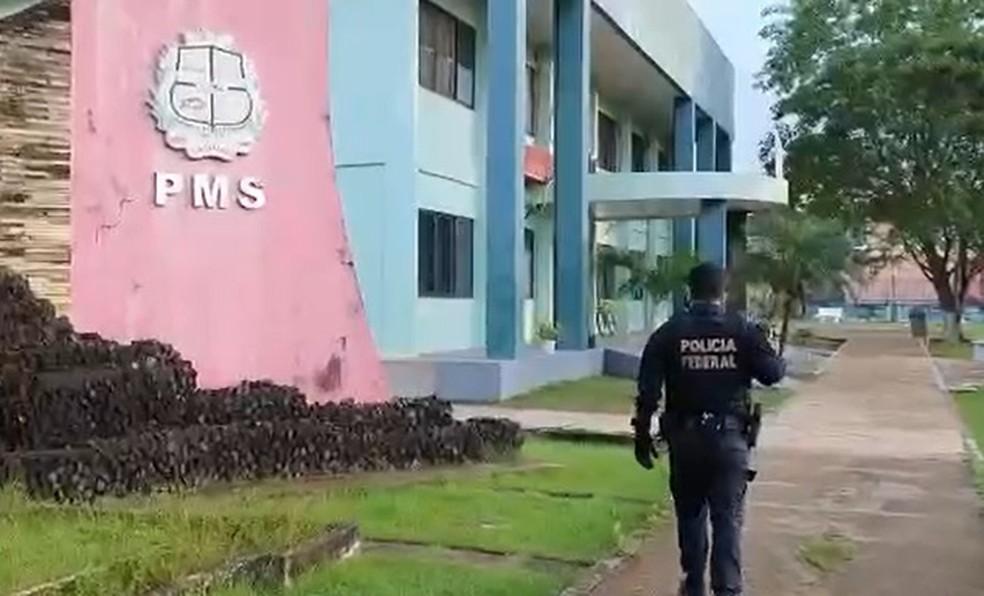 Mandados foram cumpridos na sede da prefeitura de Santana — Foto: PF/Divulgação