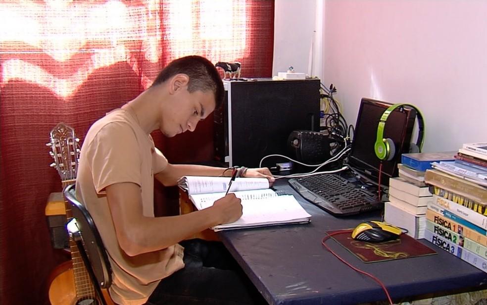 Yehudi Henrique de Moraes, de 18 anos, que teve vaga negada na UFPR por causa da cor da pele — Foto: Reprodução/TV Anhanguera