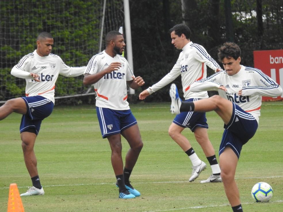 Jucilei ao lado dos companheiros de São Paulo no treino desta terça-feira — Foto: Marcelo Hazan